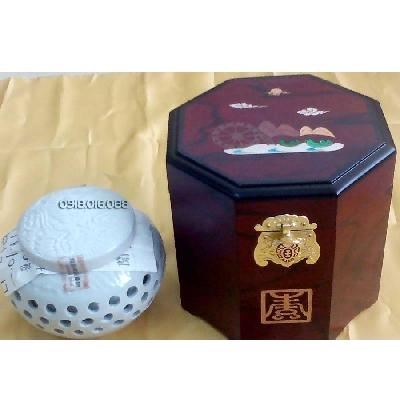 Cao hồng sâm hoàng hậu - àm quà biếu tặng người thân vào những dịp đặc biệt. Thành phần cấu tạo: Cao Hồng Sâm Hoàng Hậu Hộp Gỗ Đặc Biệt 1000g với  chiết xuất sâm (3%), chiết xuất tỏi (0,2%), chiết xuất hạt bưở